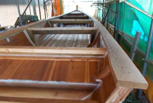中型の和舟、完成間近 !
