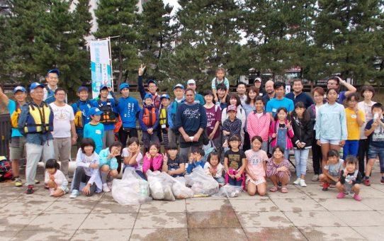 青年会議所ユースカヌー体験会 23名、カヌーでゴミ拾い