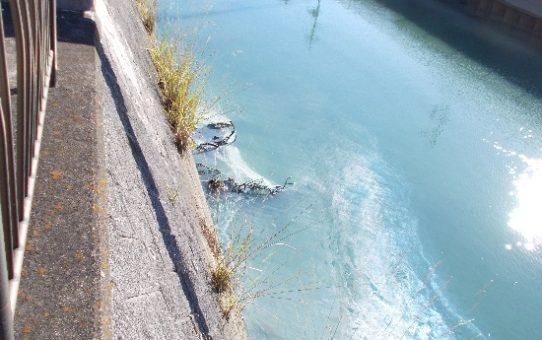 有害物質「塩化銅溶液」40トン流出 コバルトブルーの古綾瀬川