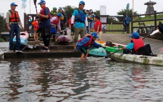 第5回「川の駅そうか村」 雨中、親子23名カヌー体験