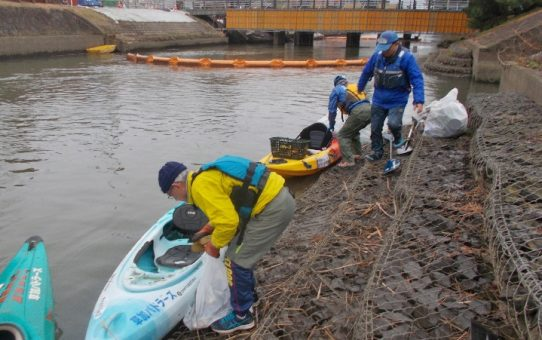 雨中の浮遊ゴミ5袋回収