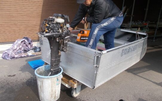 救助艇船外機の修理