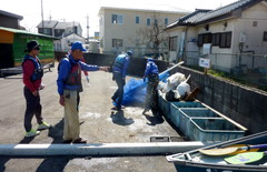 草加市環境課の協力 綾瀬川ゴ ミ101 袋 の収集