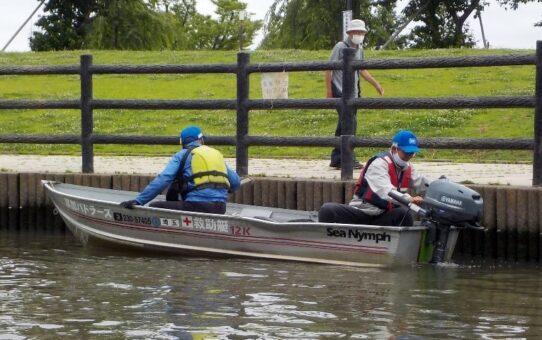 「草加市自主水防団」訓練 長栄中央公園へ救助艇出動